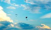Niet-geïdentificeerde parachutisten, parachutist op blauwe hemel — Stockfoto