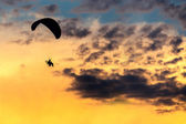 Unidentified skydiver, parachutist on blue sky — Foto de Stock