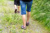 女人和儿子走横越全国 — 图库照片