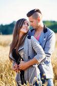 Felice sorridente giovane coppia all'aperto — Foto Stock