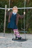 Garota da escola uniforme em um balanço — Foto Stock