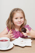A girl eating peace of pie — Stock Photo