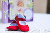 Bebe skor med en notbook — Stockfoto
