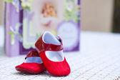 Zapatos de bebe con una notbook — Foto de Stock