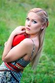 Blond dziewczynka gospodarstwa serca — Zdjęcie stockowe