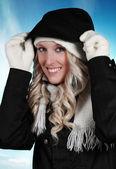 Sıcak giysiler giyen sevimli kadın — Stok fotoğraf