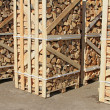 Foto Stock: Chipped fire wood in packing on pallets
