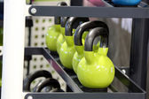 Pesas pesas alinearon en un gimnasio — Foto de Stock