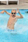 Młody chłopiec dziecko skoki w puli na wakacje — Zdjęcie stockowe