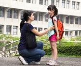 Tillbaka till school.happy asiatiska mamma med dotter i skolan — Stockfoto
