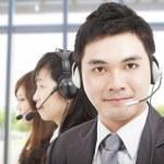 コール センターのエージェントとスマートのアジア系のビジネスマン — ストック写真