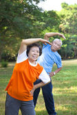 Glad asiatiska senior fitness par i parken — Stockfoto