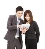 Iş adamı ve iş kadını tablet pc'yi kullanma — Stok fotoğraf