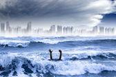 Le réchauffement climatique et la notion de phénomènes météorologiques extrêmes. homme qui se noyait dans la — Photo