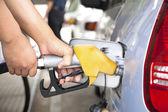 Hand fylla bilen med bränsle på en bensinstation — Stockfoto