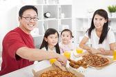 幸せなアジア家族、家で食事をします。 — ストック写真