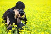 Młoda kobieta fotograf fotografowania w przyrodzie — Zdjęcie stockowe