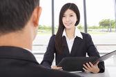 Glimlachende zakenvrouw interviewen met zakenman in office — Stockfoto