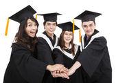 Mutlu genç lisansüstü öğrenciler grup başarı hareketi ile — Stok fotoğraf