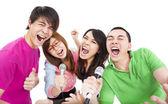Groupe de jeune heureux s'amuser en chantant avec karaoké — Photo