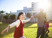 Glad liten flicka med familjen i parken — Stockfoto