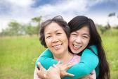 Jovem mulher abraçando-se com a mãe dela — Foto Stock