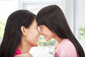 Szczęśliwa dziewczynka, patrząc z matką — Zdjęcie stockowe