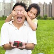Surprised father holding gift box from little girl for father's — Stock fotografie