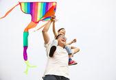 Renkli uçurtma ile mutlu bir aile — Stok fotoğraf