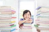Gelukkig weinig genieten van studeren in het klaslokaal — Stockfoto