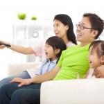 Счастливая семья смотрит телевизор — Стоковое фото
