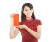 Mladá asijská žena držící červená taška pro šťastný čínský Nový rok — Stock fotografie