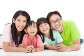 счастливый азиатской семьи, изолированные на белом фоне — Стоковое фото
