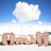 Rodina spát na posteli s konceptem cloud sen — Stock fotografie