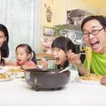 szczęśliwe rodziny azjatyckie jedzenie makaron — Zdjęcie stockowe