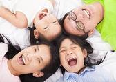 Familia feliz en el piso — Foto de Stock