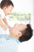šťastný otec a dítě hraje — Stock fotografie