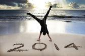 Feliz nuevo año 2014 en la playa con salida del sol — Foto de Stock