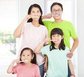 Familia feliz cepillarse los dientes — Foto de Stock