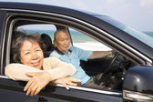 Seniors couple enjoying road trip and travel — Stockfoto