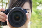 Close up of young woman holding photo camera — Stockfoto