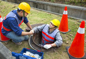 Two sewerage workers in the manhole — Foto Stock