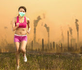 Woman was wearing a mask and running  on air pollution   — Stock Photo