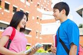 两个学生或朋友的谈话是快乐 — 图库照片