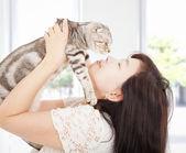 Jolie femme étreindre et embrasser son chat — Photo