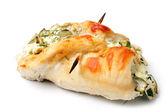 Roulade van kippenborst met kaas en kruiden, over Wit — Stockfoto