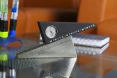 Ore insolite su un tavolo di vetro — Foto Stock