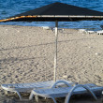 Empty deckchairs on a pebble beach — Foto de Stock