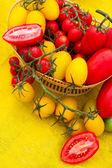 Czerwone i żółte pomidory — Zdjęcie stockowe