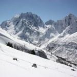 vue d'hiver magnifique de montagnes aux sommets enneigés — Photo